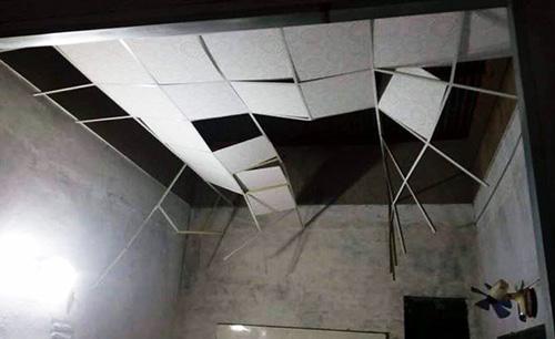 La phông trần nhà bị sập sau vụ nổ. Ảnh: A.X
