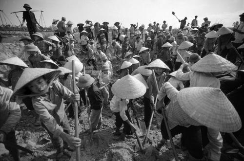 Dân làng đào kênh dẫn nước vào đồng ruộng. Ảnh: Philip Jones Griffiths/Magnumphoto