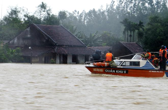 Người dân Nam Trung Bộ kiệt sức với mưa lũ