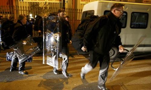 Cảnh sát chống bạo động Anh được cử tới nhà tù HMP Birmingham. Ảnh: Reuters.