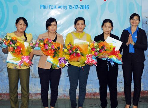 4 cô giáo nhận bằng khen từ cơ quan chức năng. Ảnh: Thiên Lý