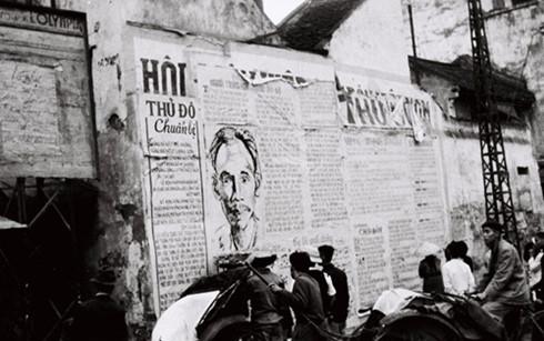 Khu vực phố Hàng Đào, Cầu Gỗ (Hà Nội) năm 1946 (Ảnh: Bảo tàng Lịch sử quân sự Việt Nam)
