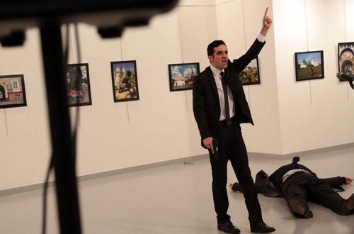Tay súng bên cạnh thi thể Đại sứ Nga Andrey Karlov. Ảnh: TWIMG.