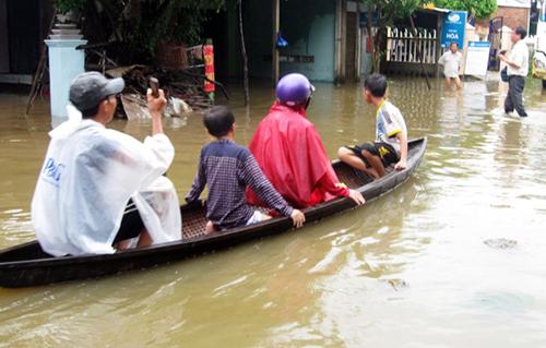 Tại huyện Đồng Xuân, 11 xã, thị trấn đều bị cô lập hoàn toàn. Người dân phải chèo ghe sơ tán tài sản và đưa trẻ nhỏ đến nơi an toàn.