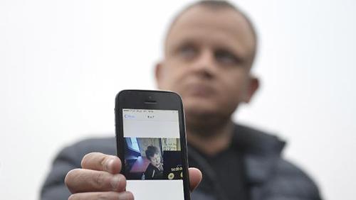 Ariel Zurawski, anh họ, cũng là chủ công ty xe tải, cho thấy bức ảnh cuối cùng của Urban trước khi bị sát hại. Ảnh: AP