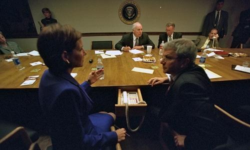 Hệ thống điện thoại chuyên dụng của PEOC được bố trí ở ngăn kéo, phía dưới bàn họp. Ảnh: White house.