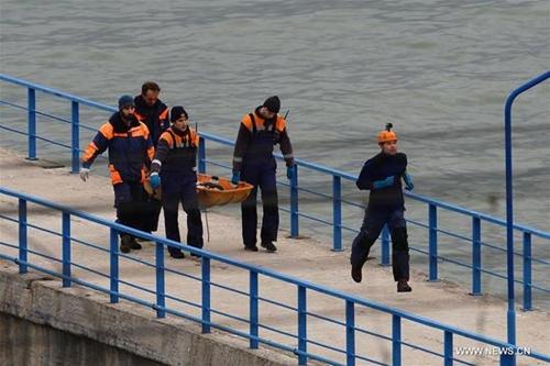 Một thi thể nạn nhân máy bay rơi được vớt lên từ dưới biển. Ảnh: Xinhua