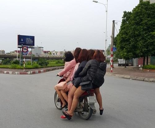 Cảm động hình ảnh năm cô gái nghèo đèo nhau đi làm thêm giữa cái rét đầu đông.