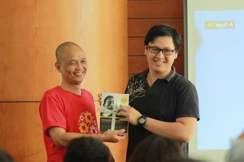 Chỉ sau 10 tháng theo học tại FUNiX, Hoàng Việt Hưng (phải) được ông Nguyễn Thành Nam (trái) giới thiệu cho các nhà tuyển dụng và cậu được nhận sau đó.