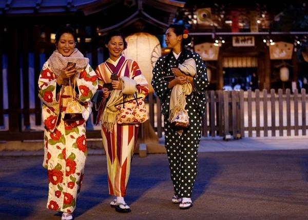 Phụ nữ Nhật Bản mặc kimono thăm đền Meiji ở thủ đô Tokyo ngày 31/12. Ảnh: Reuters.