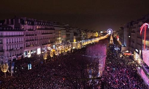 Đám đông đứng chật kín đại lộ danh tiếng Champs-Elysees trong ngày 31/12/2015. Ảnh: AFP