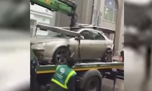 Xe cẩu vô tình phá hỏng ôtô vi phạm