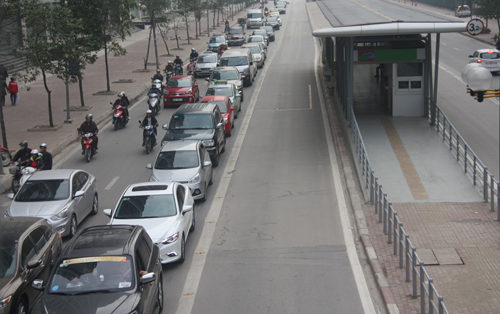 Dù không có xe buýt nhanh lưu thông nhưng hàng trăm phương tiện vẫn không đi lấn làn. Ảnh: Võ Hải.