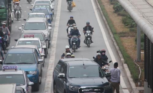 Vụ va chạm giữa ôtô và xe máy chiều 2/1 tạikhu vực nhà chờ xe buýt nhanh trên đường Lê Trọng Tấn, quận Hà Đông. Ảnh: Võ Hải.