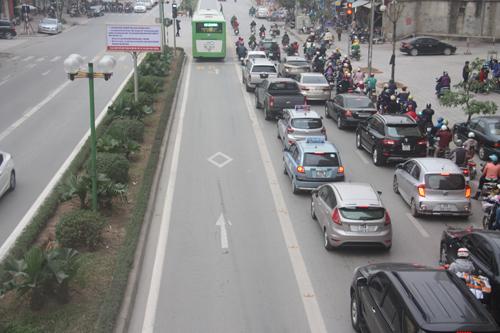 Bước đầu các phương tiện giao thông đã chấp hành quy định, nhường đường cho xe buýt nhanh. Ảnh: Võ Hải.