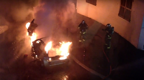 Một ôtô bị đốt ở Pháp vào đêm Giao thừa. Ảnh: YouTube