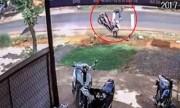 Thanh niên bay khỏi xe máy vì tránh người qua đường