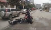 Thanh niên cày mặt xuống đất vì phanh gấp xe máy
