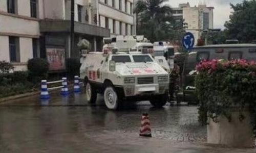 Xe của lực lượng cảnh sát đặc nhiệm Trung Quốc tới hiện trường. Ảnh: sina.com.cn