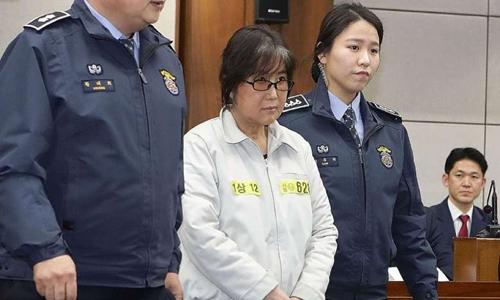 Choi Soon-sil, bạn thân tổng thống Hàn Quốc xuất hiện tại tòa. Ảnh: AFP