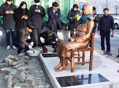 Bức tượng được dựng trước lãnh sự quán Nhật tại Busan, Hàn Quốc. Ảnh: Kyodo
