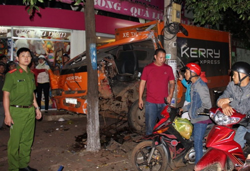 Xe tải chỉ chịu dừng lại khi tông vào cột điện. Ảnh: Kh. Uyên