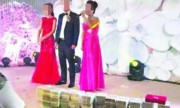Nhà trai xếp bức tường tiền dài 2m tặng cô dâu gây sốc mạng XH