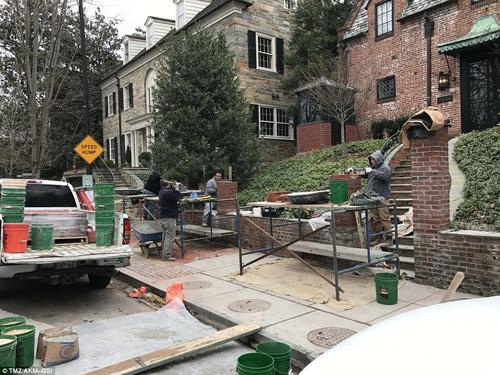 Các thợ xâyàm việc trước ngôi nhà nằm ở khuKalorama, thủ đô Washington.