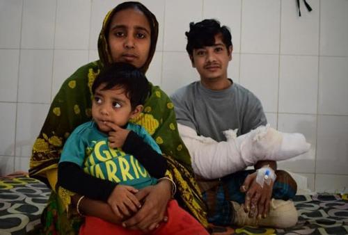 Abul Bajandar và vợ con trong bệnh viện sau phẫu thuật. Ảnh: Telegraph