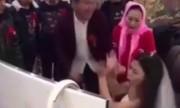Video chú rể van xin cô dâu bỏ chơi game để đến hôn lễ hot trong ngày