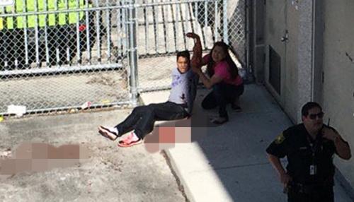 Một người đàn ông đang được hỗ trợ trong vụ xả súng sân bay hôm 6/1. Ảnh: Reuters