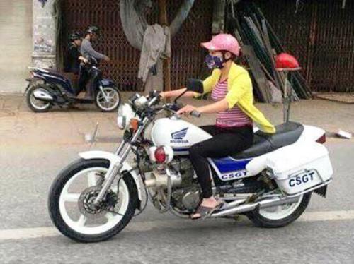 nu-nhan-vien-bao-duong-lai-moto-canh-sat-de-kiem-tra-xe