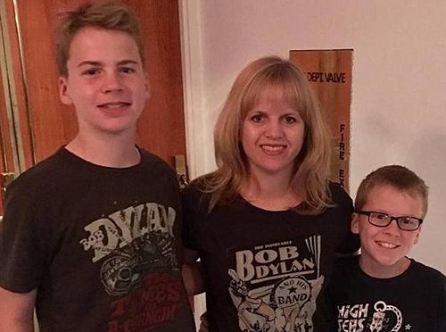 Annika Dean và hai con. Ảnh: Facebook