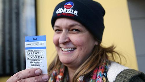 Một phụ nữ khoe chiếc vé mua được. Ảnh: Chicago Tribune