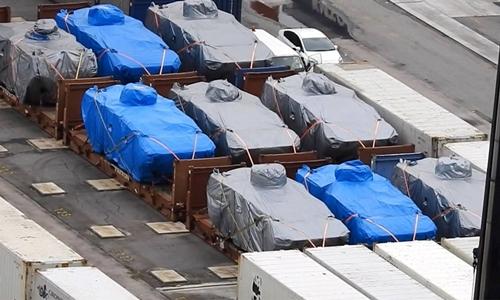 9 xe bọc thép Terrex của Singapore bị tạm giữ tại Hong Kong ngày 23/11. Ảnh: Fact Wire.
