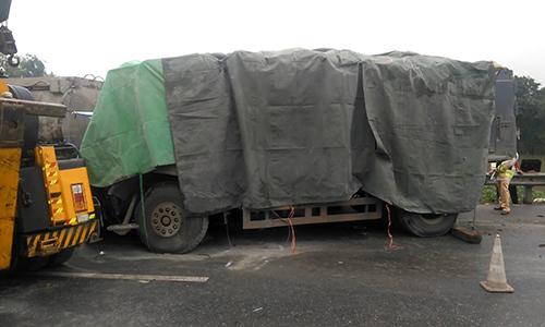 oto-tai-dam-duoi-xe-container-hai-nguoi-chet