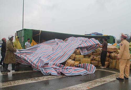 Người dân lấy bạt che lên các thùng giấy đựng dừa khi trời đổ mưa. Ảnh: Đức Hùng