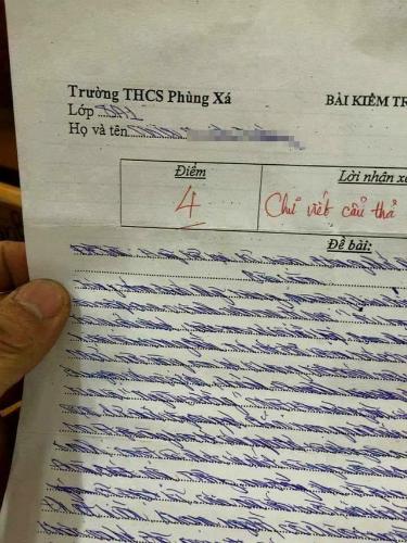 Thầy giáo mất cả tiếng để chấm bài văn 'không thể đọc nổi'