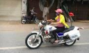 Cô gái thường phục lái môtô cảnh sát giao thông gây xôn xao