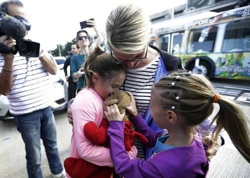 Bé gái đoàn tụ với gấu bông sau vụ xả súng ở sân bay Mỹ - ảnh 2