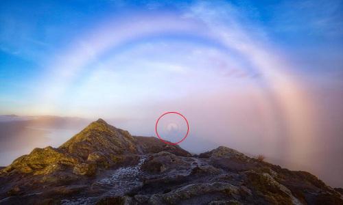 Hình ảnh bóng ma xuất hiện trên cầu vồng sương mù ở Scotland. Ảnh: SWNS.