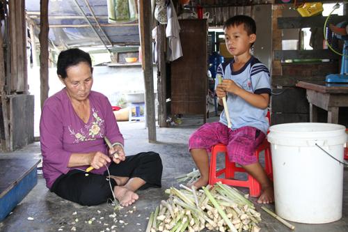 Cậu bé 9 tuổi học bài bên lề đường ở Sài Gòn - ảnh 3