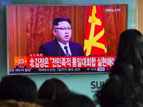 Tivi ở một ga tàu điện ngầm Hàn Quốc đưa tin về nhà lãnh đạo Triều Tiên Kim Jong-un phát biểu đầu năm. Ảnh: AFP