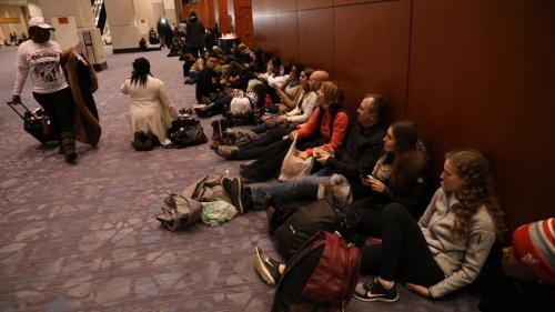 Hàng trăm người xếp hàng sớm tại trung tâm hội nghị ở Chicago. Ảnh: ChicagoTribune