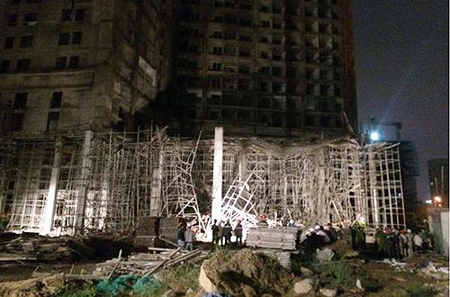 Sập giàn giáo tòa nhà đang thi công, 4 người bị vùi lấp - ảnh 1