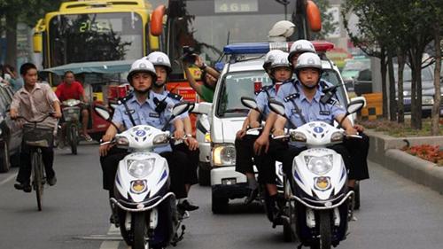 Cảnh sát Trung Quốc được cử đến khách sạn 5 sao học cách cười - ảnh 1