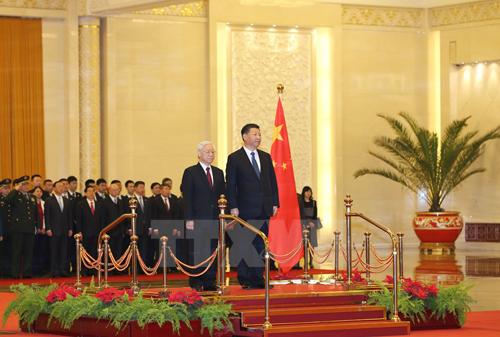 Tổng Bí thư Nguyễn Phú Trọng và Tổng Bí thư, Chủ tịch nước Trung Quốc Tập Cận Bình tại lễ đón. (Ảnh: Trí Dũng/TTXVN)