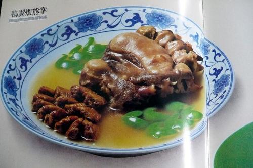 """Món """"tay gấu"""" trong thực đơn nhà hàng Trung Quốc ở Italy. Ảnh: Mirror"""