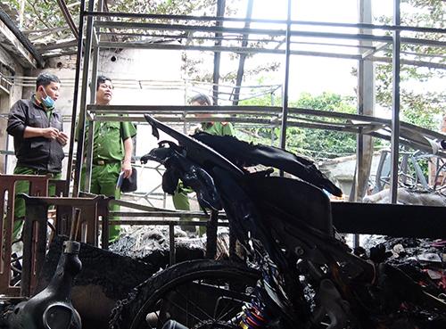 Cháy nhà, 6 người chạy lên sân thượng cầu cứu - ảnh 2