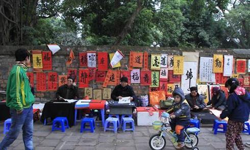 Lãnh đạo Sở Văn hoá Hà Nội: 'Ông đồ viết chữ trên hè phố là rởm'